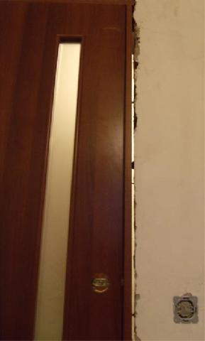 Проверить наличие зазоров между коробкой и дверью