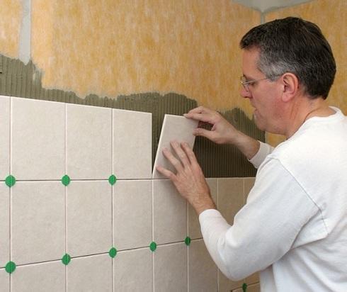 Как уложить плитку в ванной на стену своими руками 97