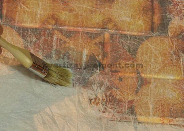 Фото: Промазываем салфетку клеем на стене