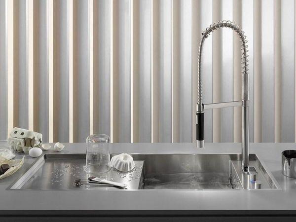 Вариант металлической мойки снабженной дополнительной платформой для сушки посуды и перемещающимся смесителем. Dombracht