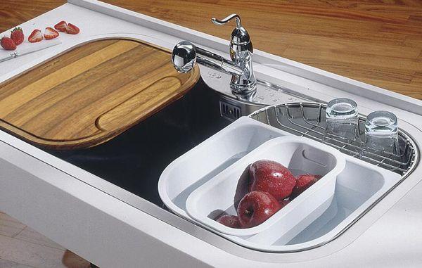 Вариант размещения основных аксессуаров на кухонной мойке: сетка для просушки, дополнительная емкость и разделочная доска, Foster