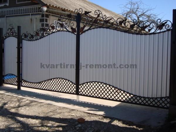 Фото ворот из профнастила с кованными элементами
