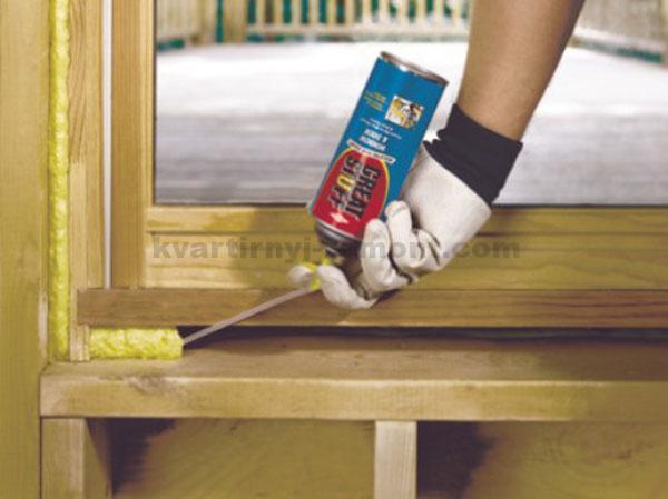 Запенивание деревянного окна
