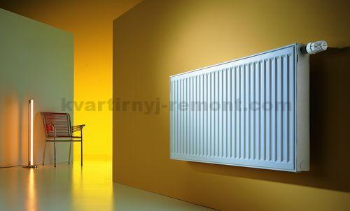 Металлическая батарея отопления на стене