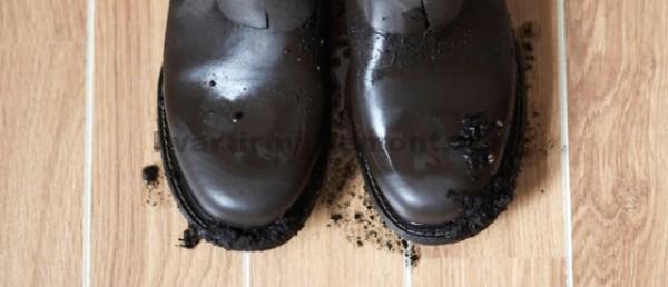 Грязные ботинки на ламинате