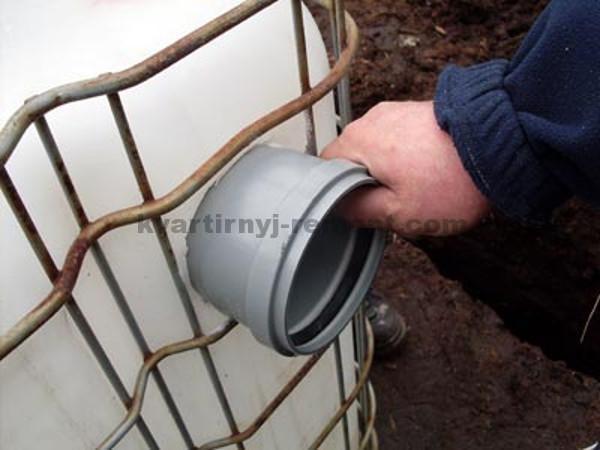 Фото вставки канализационной трубы в еврокуб