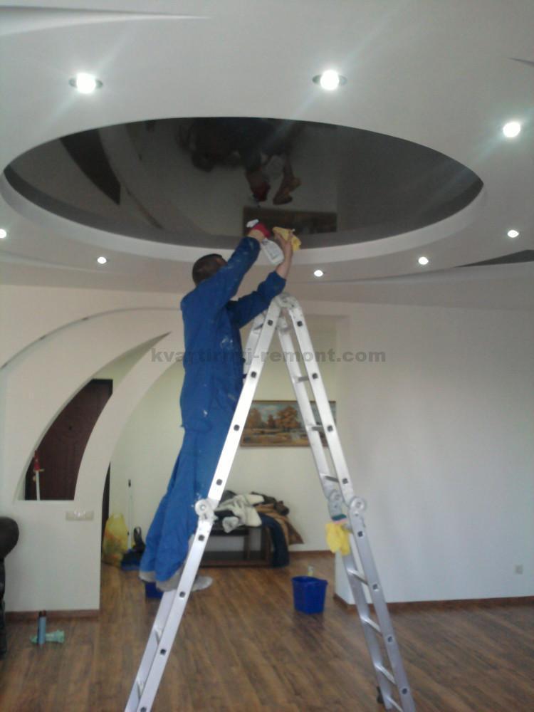 как мыть натяжной потолок на стремянке