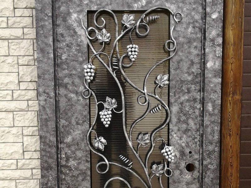 vkhodnaya-dver-so-steklom-i-kovkoy