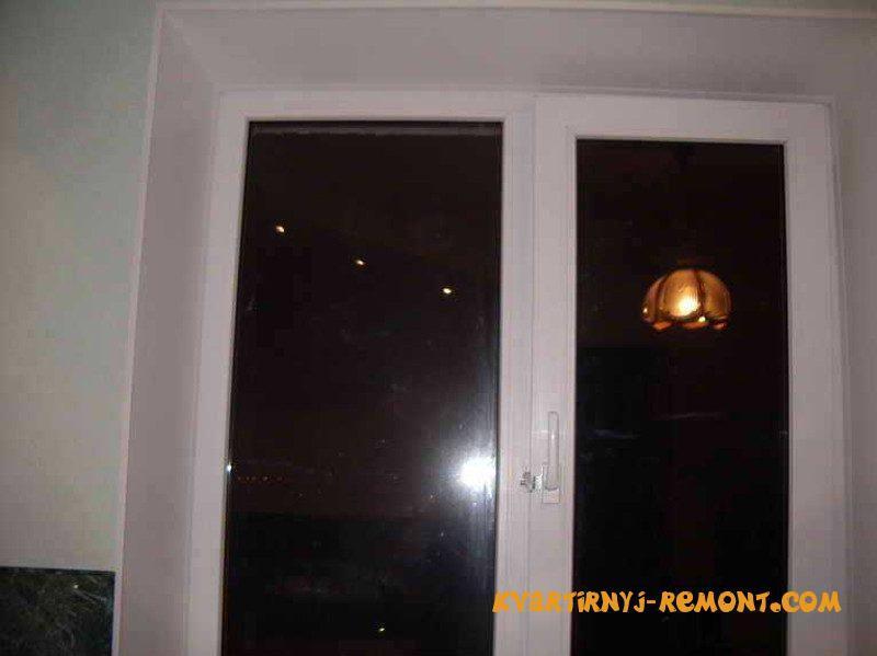 okno-s-ustanovlennymi-plastikovymi-otkosami