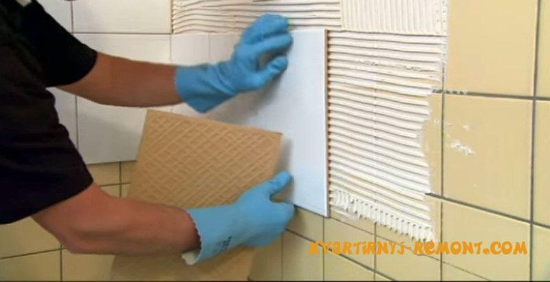 укладываем плитку на стену поверх старой плитки