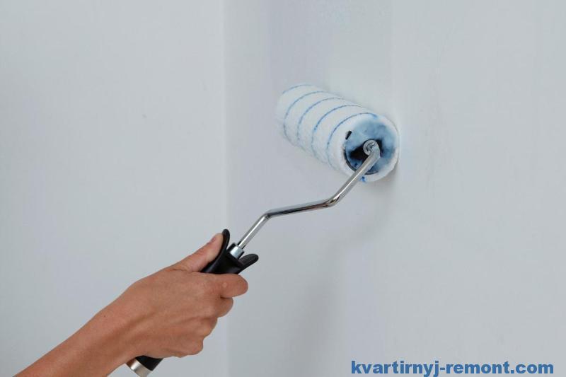 Нанести клей на стену