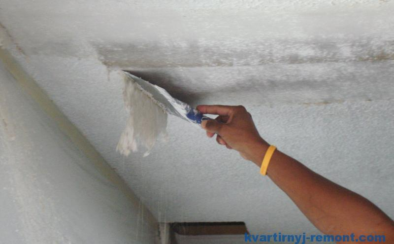 Очистить потолок от старой побелки