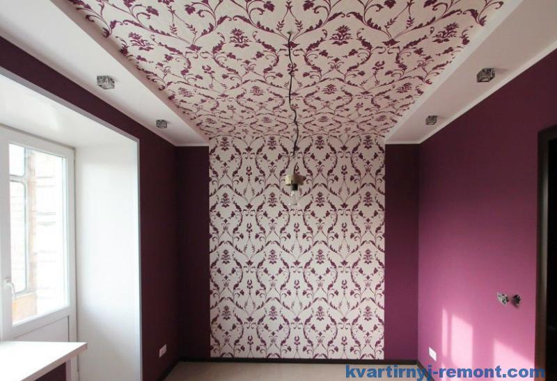 Стена и потолок одними обоями
