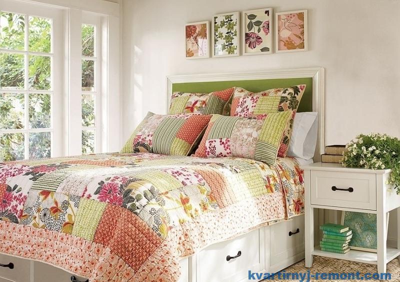 Яркое одеяло в спальне