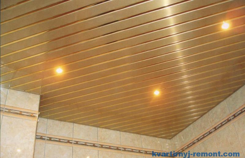 Диагональный реечный потолок в ванной комнате