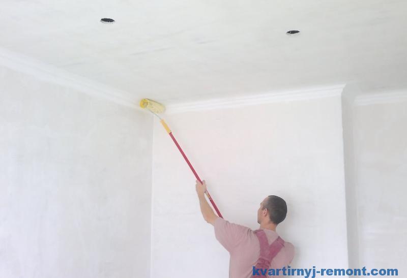 Красим поштукатуренный потолок