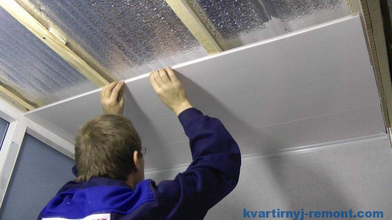Отделка потолка с помощью пластиковых панелей