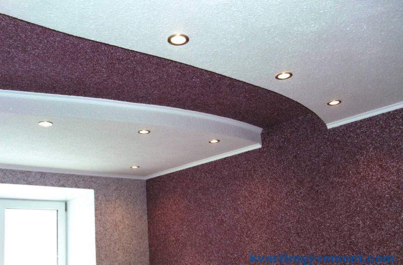 Переход жидких обоев с стены на потолок