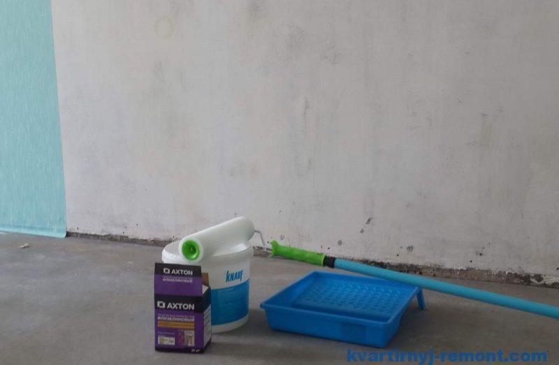 Инструмент для поклейки обоев в комнате