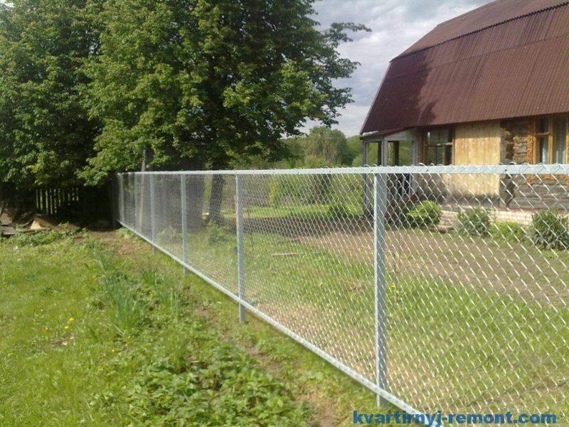 Забор из сетки-рабицы, с усилением по верху и низу