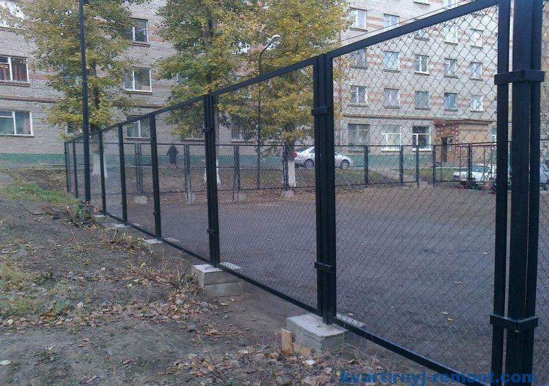 Забор из рабицы во дворе многоэтажек