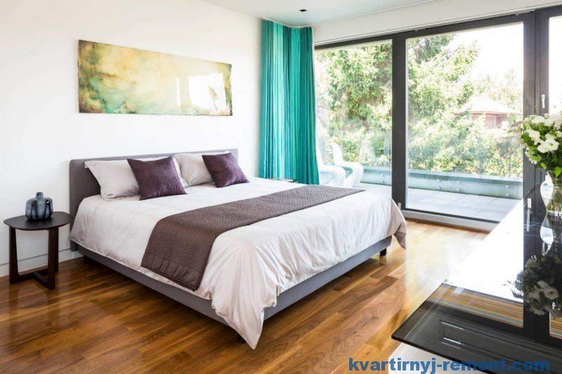 Кровать в спальне стоит по фен-шуй
