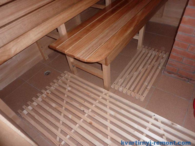 Деревянные решетки на керамическом полу в бане