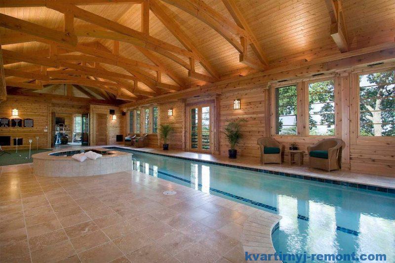 Интерьер большой бани с длинным крытым бассейном