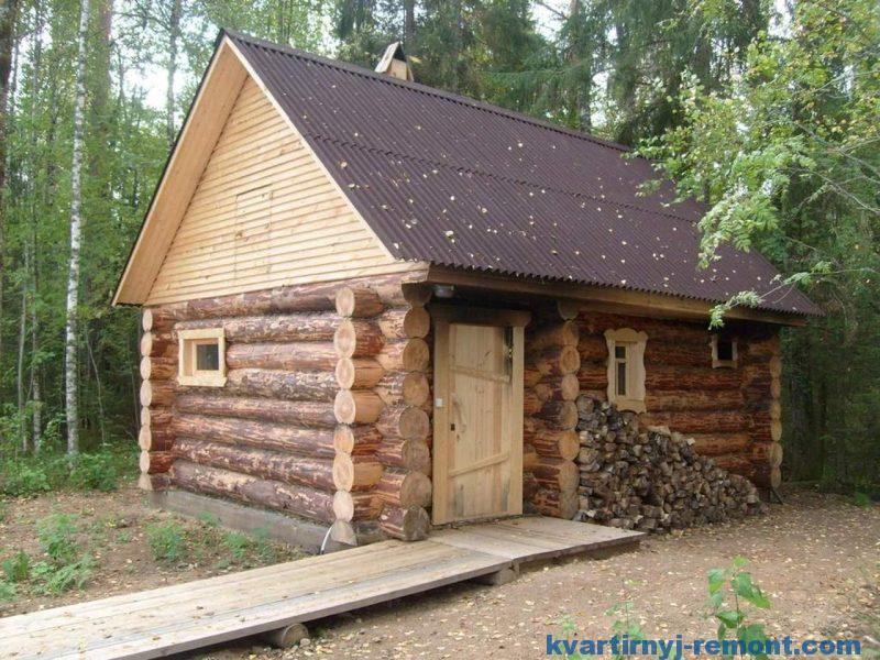 Построенная банька возле леса