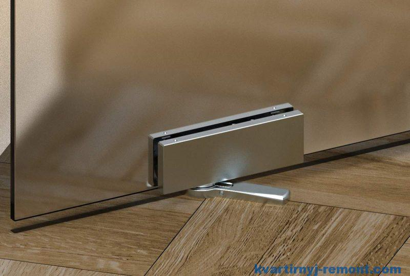 Напольный доводчик в стеклянной двери