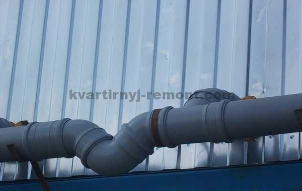 На фото можно увидеть гидрозатвор, предназначенный для пластиковой канализации.