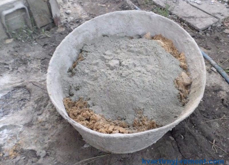 смешивание цемента с песком