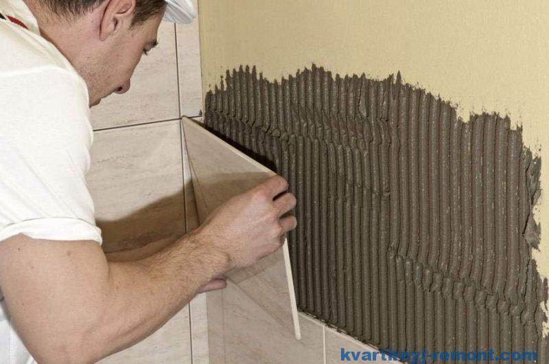 Наносим плиточный клей на стену
