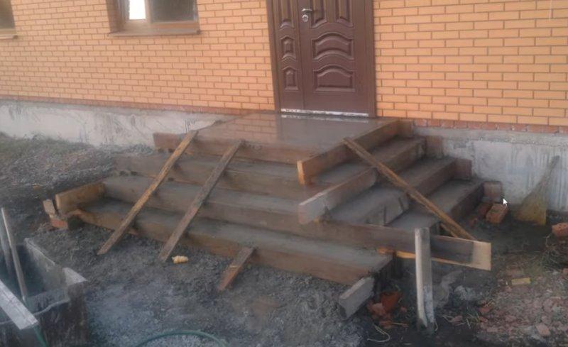 Залитое крыльцо из бетона