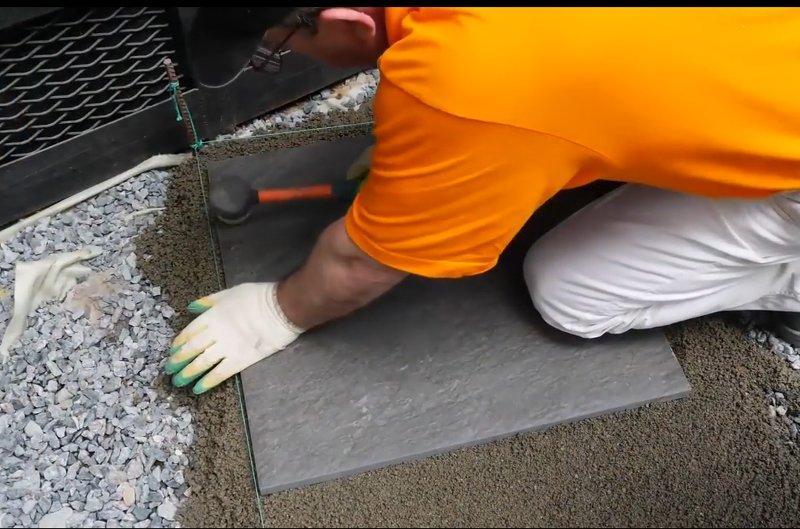 Плитка простукивается резиновой киянкой
