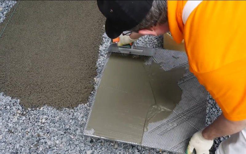 Плитка сажается на плиточный клей