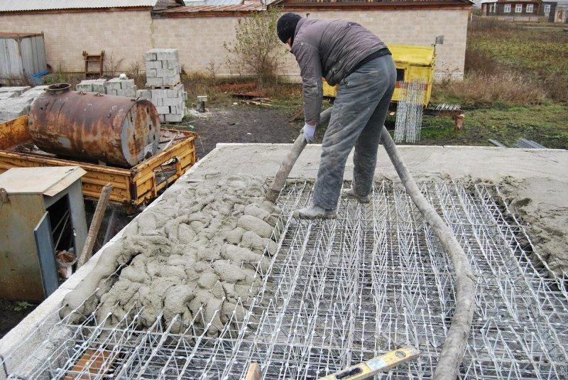 Бетон заливается в опалубку бетононасосом