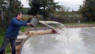 Поливка бетона водой после заливки: правильный уход