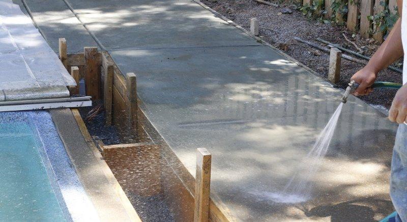 Как поливать бетонную плиту