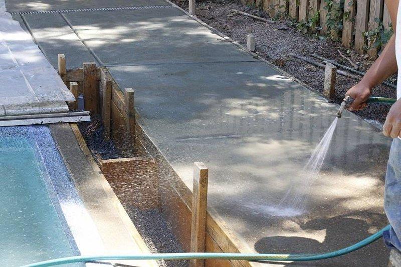 Фундамент поливают водой