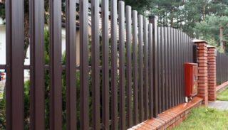Забор из металлического штакетника: плюсы и минусы