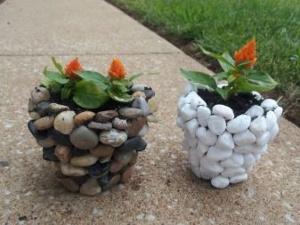 Отделка камнями бетонного вазона