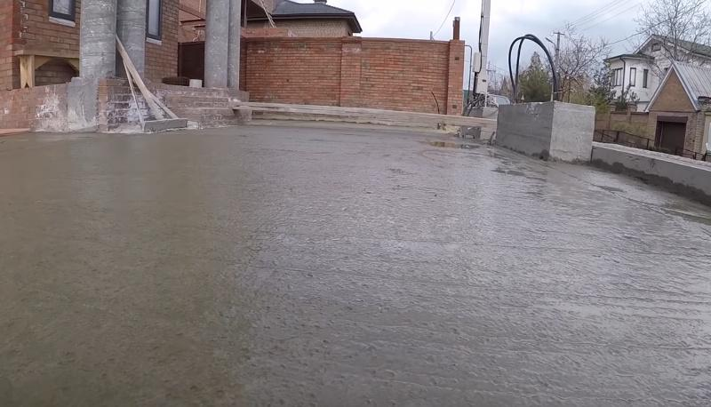 Свежий бетон под основание тратуарной плитки