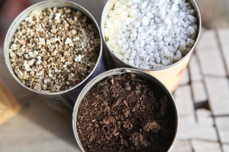 Перлит, вермикулит и грунт