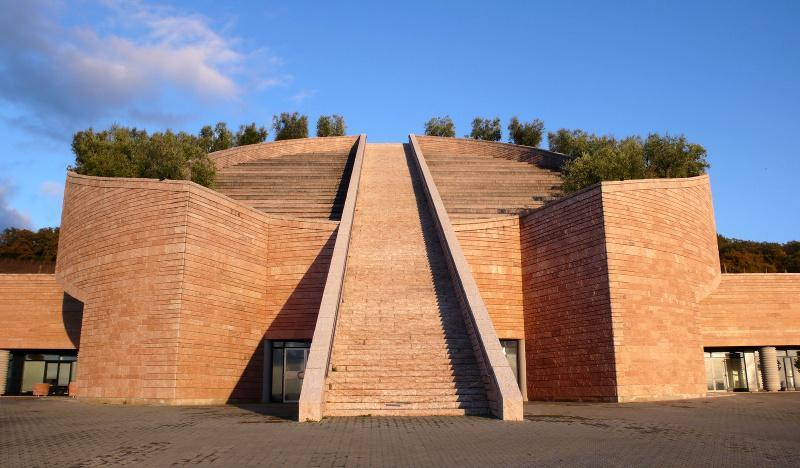 Фасад дома сделанного архитектором Марио Ботта