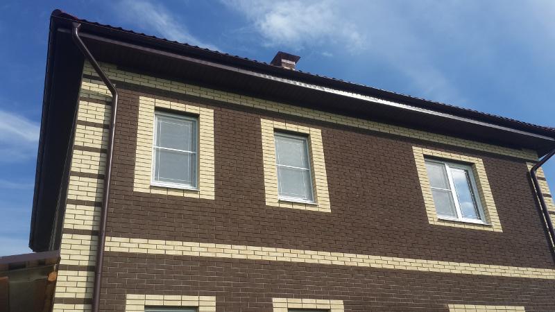 Сочетание шоколадных и светлых кирпичей на фасаде