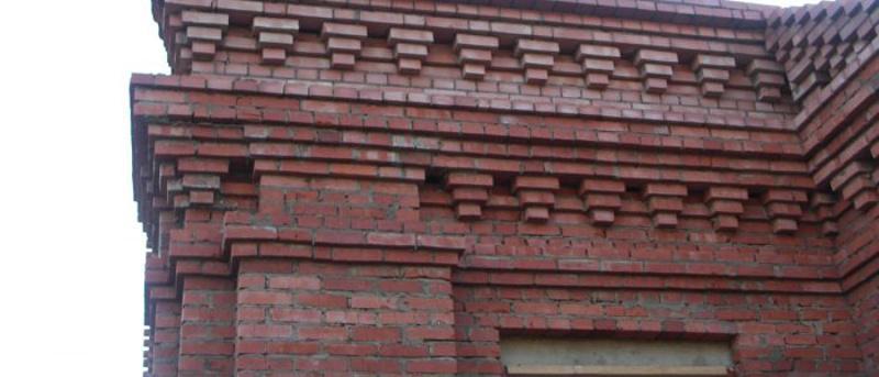 Свесы кирпича на фасаде