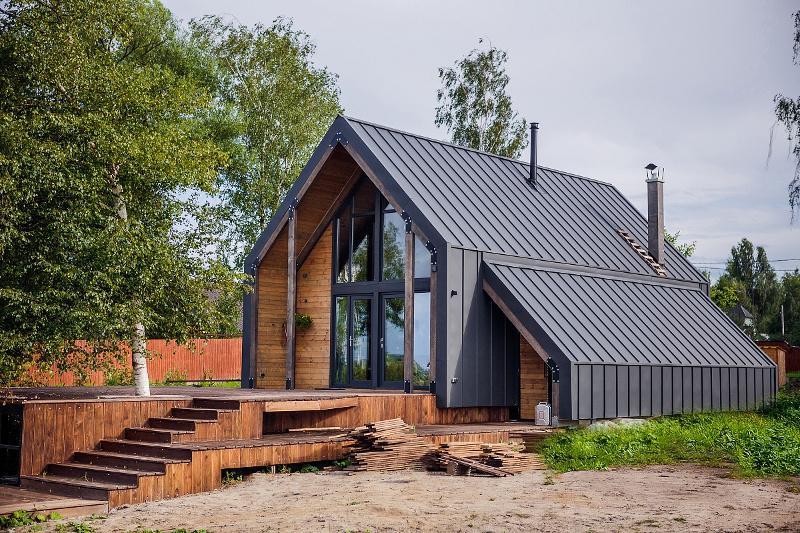 Фасад дома в стиле барнхаус с кликфальцем