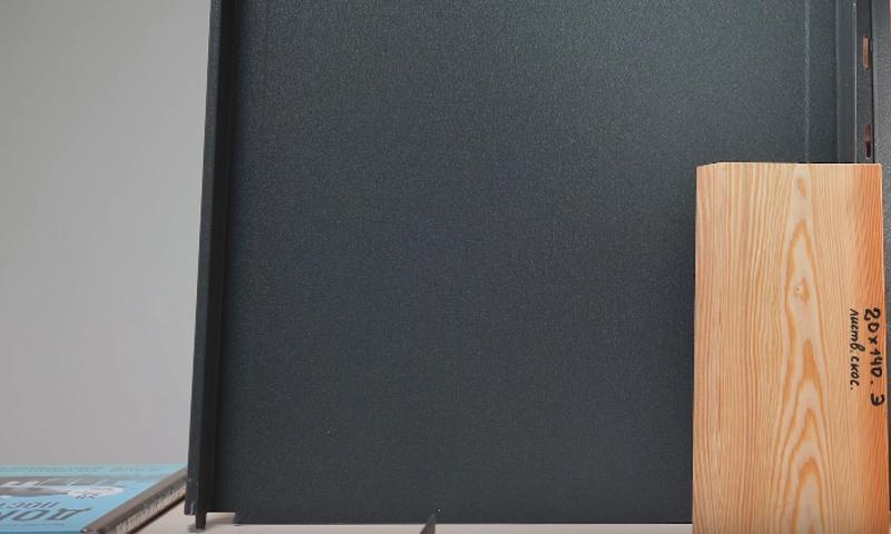 Сочетание планкена из лиственницы и антрацитового кликфальца