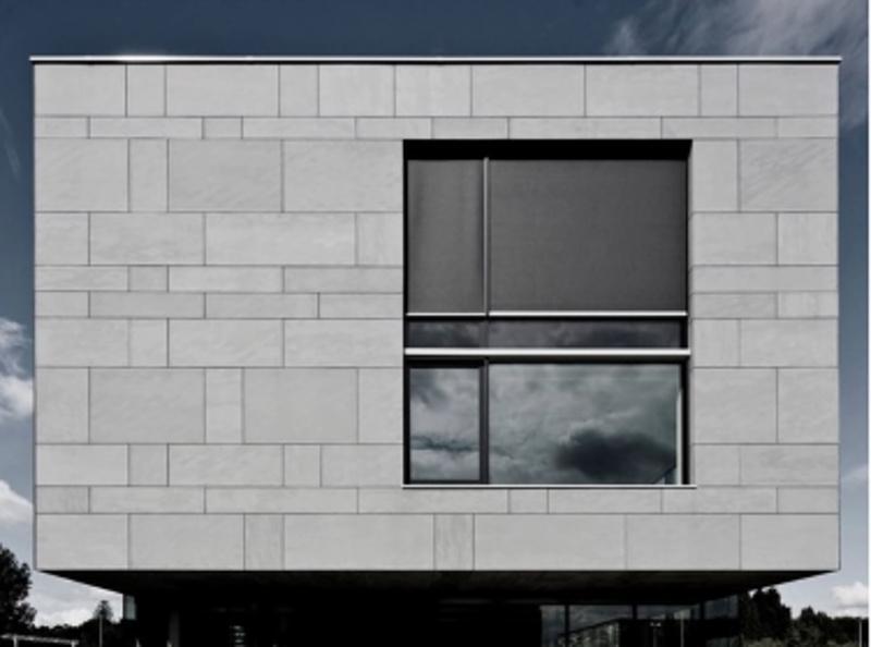 Контрастные стыки фиброцемента на фасаде дома
